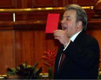 Vadim Tudor aratind cartonasul rosu